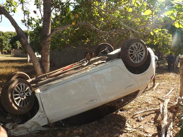 Após acidente, carro tombou na PI-113, em José de Freitas (Foto: Luis Silva/RealidadeEm Foco.com.br)