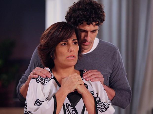 Diante de tanta decepção, Roberta ao menos tem o consolo de Nando (Foto: Guerra dos Sexos / TV Globo)