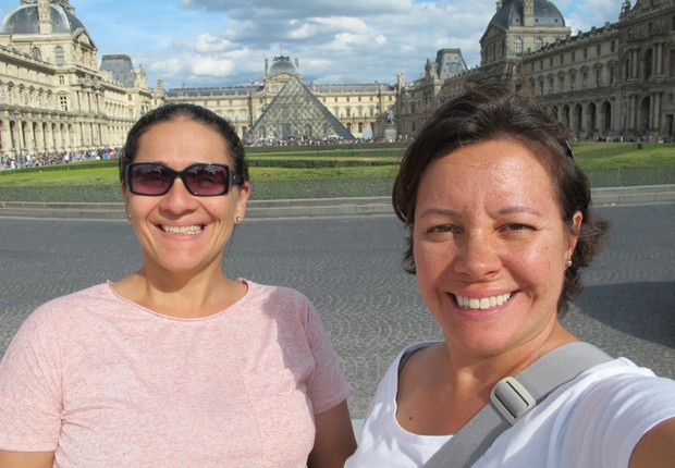 Taciana Mello e Fernanda Moura diante da Pirâmide do Louvre, em Paris (Foto: The Girls on the Road)
