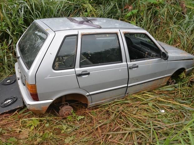 Além das rodas, os policiais militares acreditam que foi retirada a aparelhagem de som do veículo. (Foto: Flávio Afonso/A notícia mais)