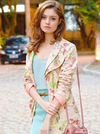 Amália (Sophie Charlote) de Fina Estampa tinah estilo romântico (Foto: Raphael Dias/TV Globo)
