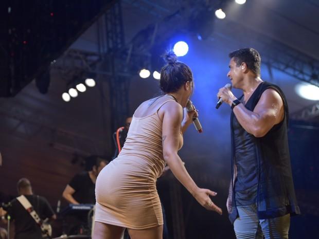 Xanddy e Anitta em show em Salvador, na Bahia (Foto: Elias Dantas/ Ag. Haack)