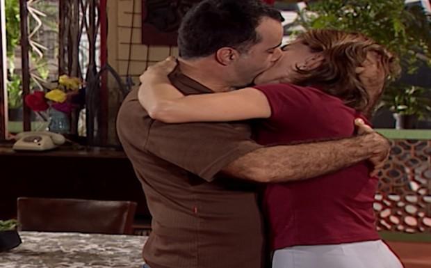 Clementino e Clara se beijam.