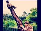 Rafa Justus se diverte com girafa de brinquedo