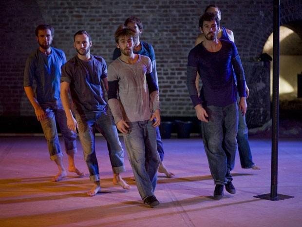 Companhia belga vai levar ao palco do Teatro de Santa Isabel o espetáculo 'L'Assaut des Cieux', durante Festival de Dança do Recife.  (Foto: Jean-Luc Tanghe / Divulgação)