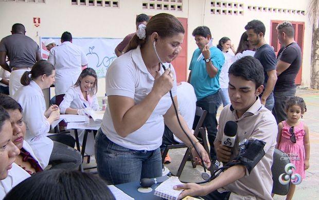 Repórter Dyepson Martins aproveitou do evento para tirar pressão (Foto: Amapá TV)
