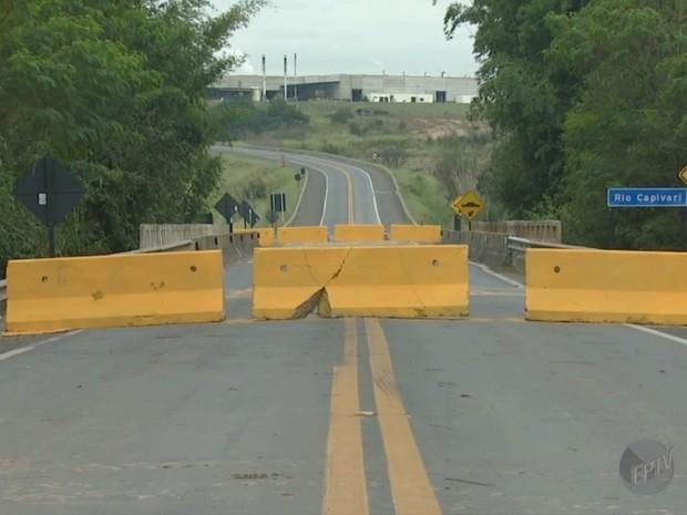 Ponte interditada na SP-151 em Capivari (Foto: Reprodução/EPTV)