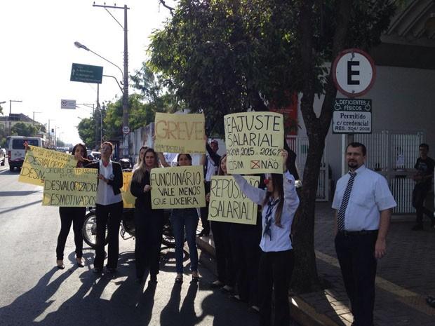 Funcionários do Detran iniciaram greve nesta segunda-feira (20) (Foto: Wellington Roberto/G1)