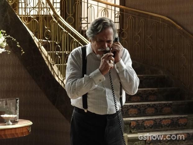 Ernest telefona para Amélia sem imaginar que Manfred está ouvindo tudo (Foto: Joia Rara/TV Globo)