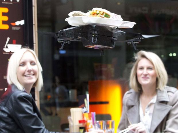 Novo sistema entrega comida em drone (Foto: Neil Hall/Reuters)