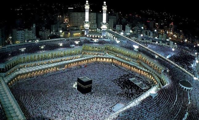 Santuário de Caaba, que fica no pátio da Mesquita de Al-Haram, em Meca, na Arábia Saudita  (Foto: Divulgação)