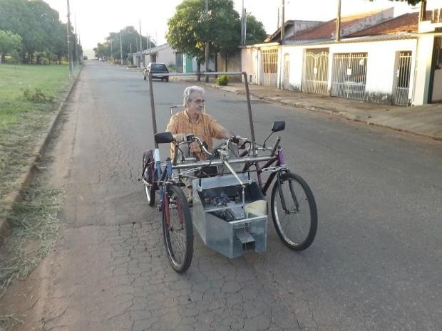 Quadriciclo é formado por partes de bicicleta e o motor é composto por baterias (Foto: Caio Silveira/ G1)