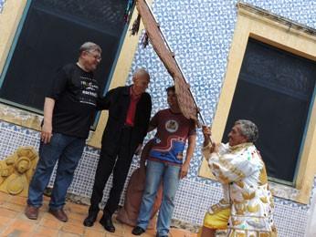 Porta-estandarte faz tradicional reverência ao homenageado (Foto: Luna Markman/ G1)