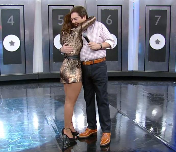 Carol Nakamura se despede de Faustão (Foto: TV Globo)