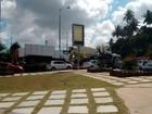 Carreta quebrada afeta tráfego na Estrada do Coco e Avenida Paralela