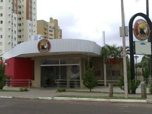 Assaltantes atiram, roubam dinheiro de lanchonete e de clientes em MS (Foto: Bruno Grubert/ TV Morena)