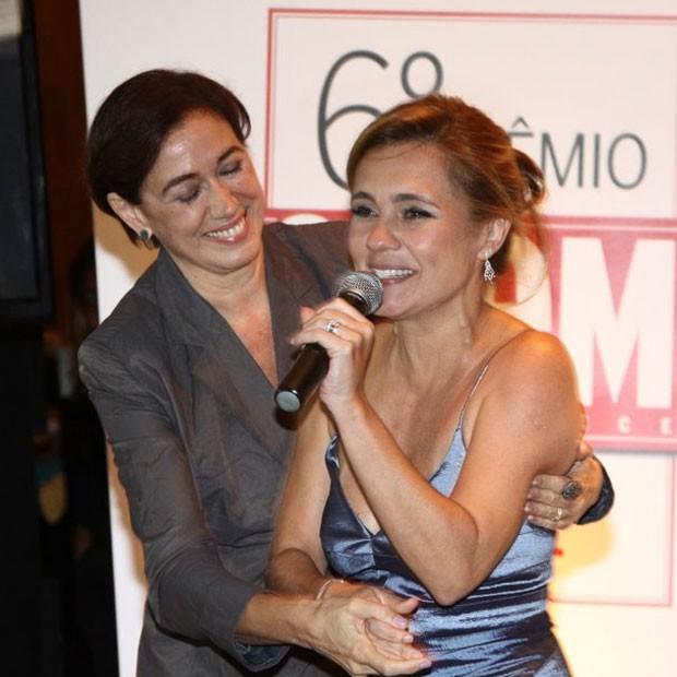 Adriana Esteves é abraçada por Lília Cabral (Foto: Claudio Andrade/Revista QUEM)