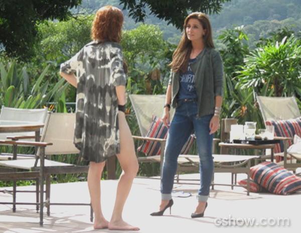 Vanessa provoca Clara ao ver que ela ficou com ciúmes de Marina (Foto: Em Família / TV Globo)