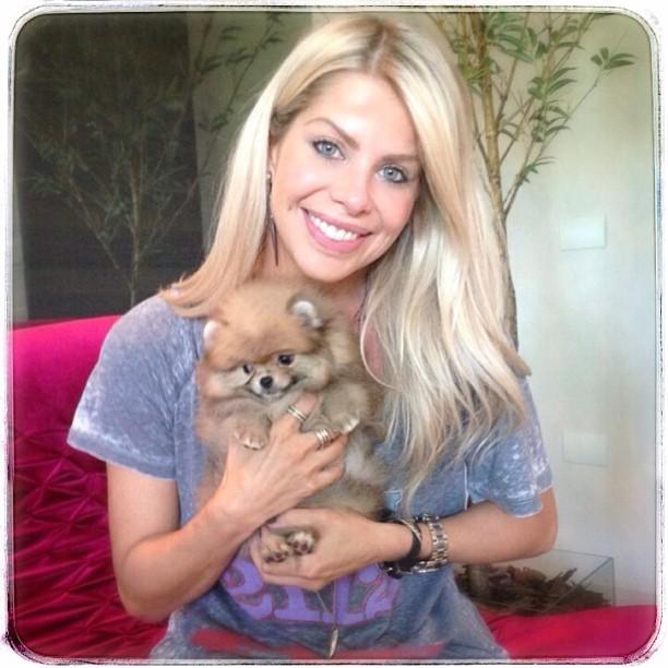 Karina Bacchi e novo cachorrinho (Foto: Reprodução/Instagram)