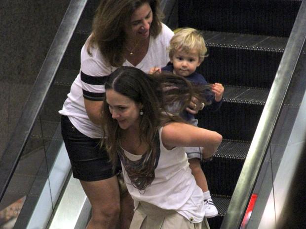 Gabriela Duarte com o filho Frederico em shopping no Rio (Foto: Marcus Pavão/ Ag. News)