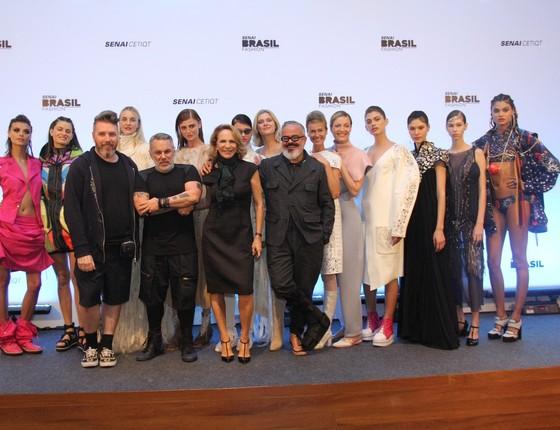 Os estilistas e as modelos posam juntos ao final do desfile (Foto: AG. News)