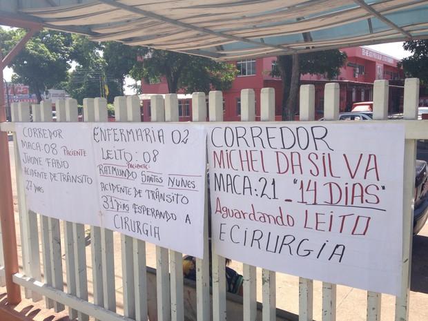 Cartazes com nomes e tempo de espera de pacientes no Hospital de Emergências de Macapá (Foto: John Pacheco/G1)
