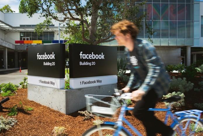 Facebook muda logo também nas placas da sede, em Palo Alto (Foto: Reprodução/MediaCollective)