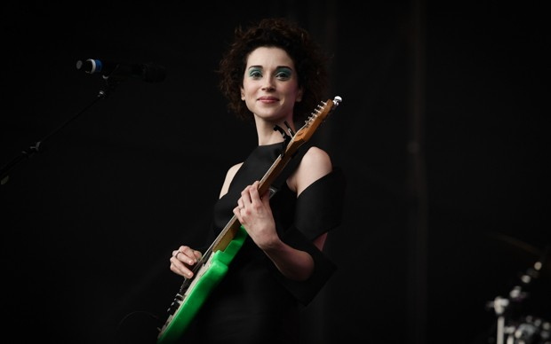 Annie clark, a St. Vincent, toca sua guitarra no palco Axe (Foto: Caio Kenji/G1)