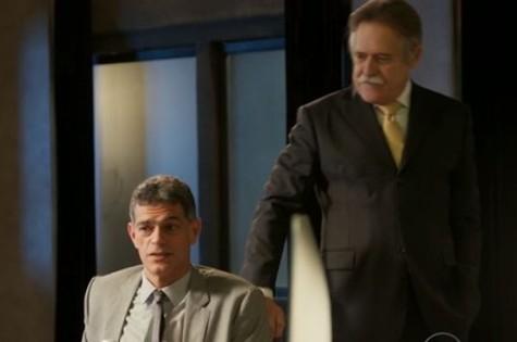 Eduardo Moscovis e José de Abreu em cena de 'A regra do jogo' (Foto: Reprodução)