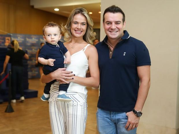 Thais Pacholek e o marido, Belutti, com o filho, Luis Miguel, em estreia de peça em São Paulo (Foto: Manuela Scarpa/ Brazil News)