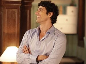 Nando acha graça ao flagrar Vânia e Ulisses juntos (Foto: Guerra dos Sexos / TV Globo)