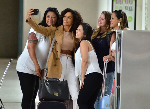 Tais Araújo faz selfies com fãs (Foto: AgNews)