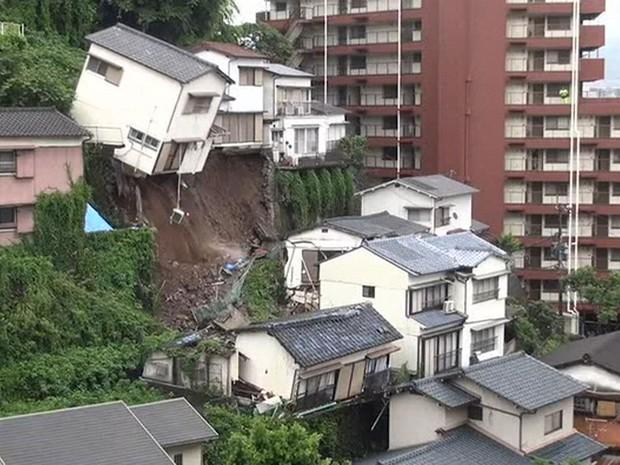 Casa desliza inteira durante tempestade no Japão (Foto: Reprodução/BBC)