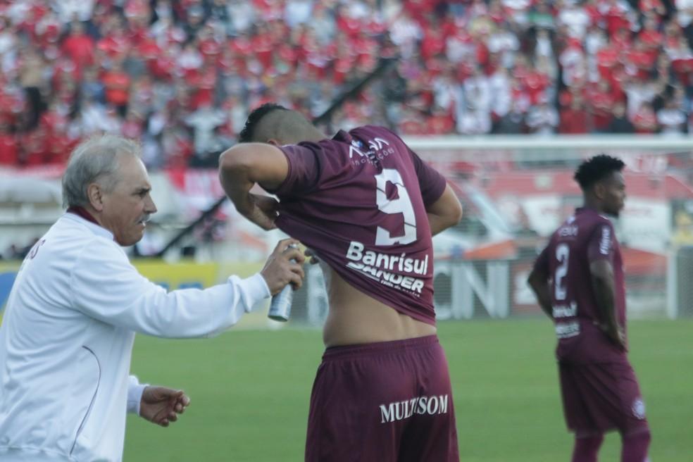 Gilmar sente dor na costela e pede atendimento após gol do Caxias (Foto: Diego Guichard/GloboEsporte.com)