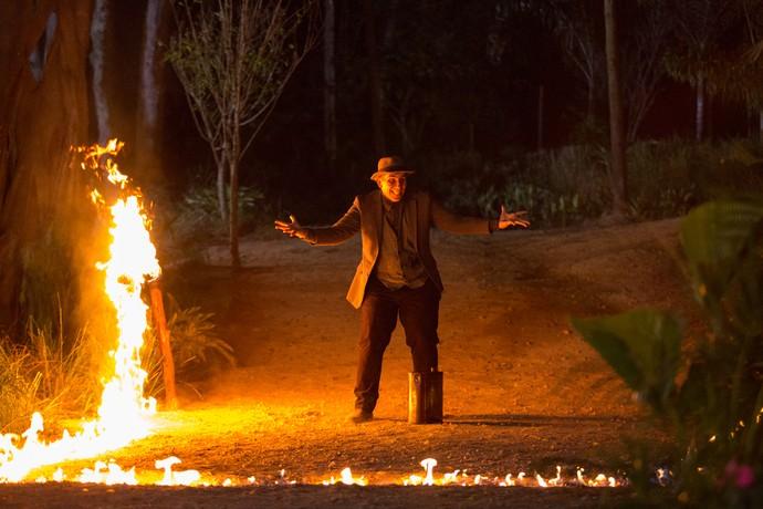 Alcides bota fogo na fazenda (Foto: Fabiano Battaglin / Gshow)