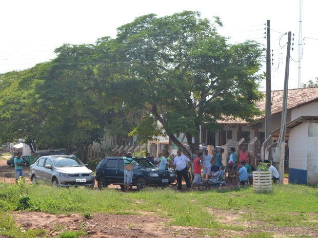 Funcionários estão concentrados em frente a empresa em Cacoal (RO) (Foto: Magda Oliveira/G1)