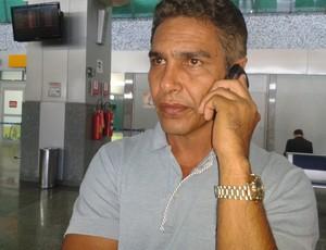 Técnico do Plácido de Castro, Nilton Nery chega ao aeroporto de Palmas (Foto: Adriano Fonseca/TV Anhanguera)