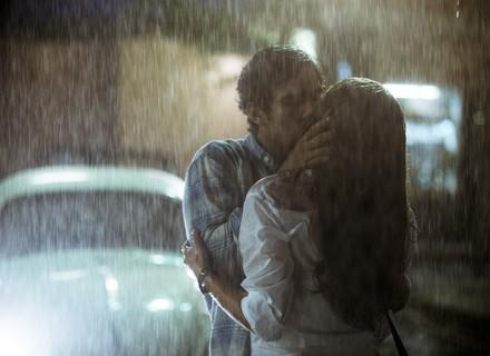 Alice e Renato se reencontram e dão beijão sob a chuva