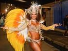 Milena Nogueira usa proteção para não mostrar seios em fantasia mini
