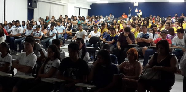 Estudantes e professores assistem vídeos sobre depoimentos  (Foto: Divulgação/TV Gazeta)