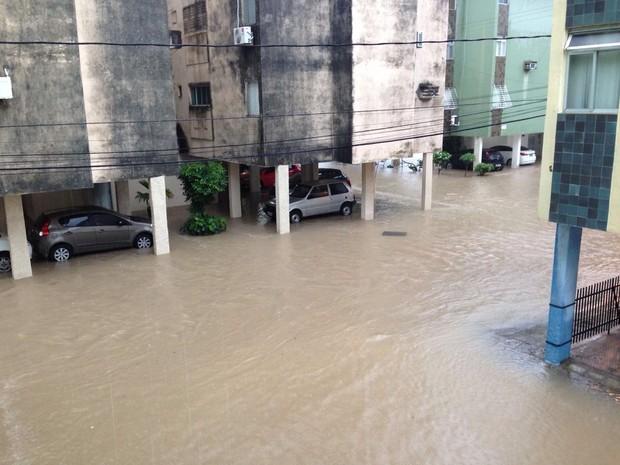 Chuva deixou ruas alagadas em Rio Doce, Olinda (Foto: Bruno Marinho/G1)