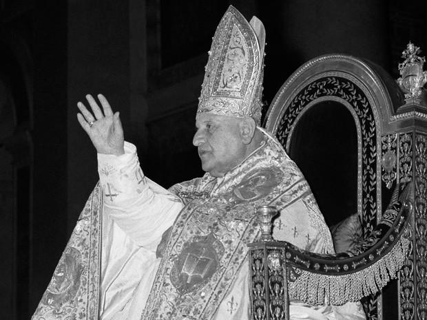 Foto de 25 de janeiro de 1959, mostra o Papa João XXIII em trono na Basílica de São Paulo, em Roma (Foto: Arquivo/AP)