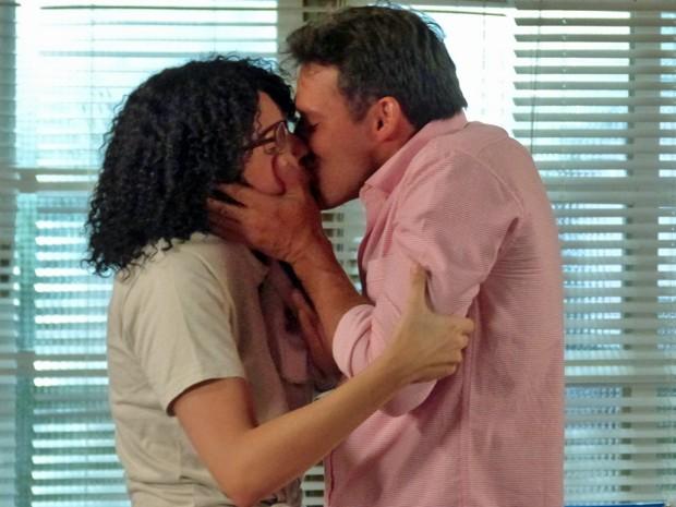 Scarlett não resiste e beija Ricardo (Foto: Evellyn Pacheco/Gshow)