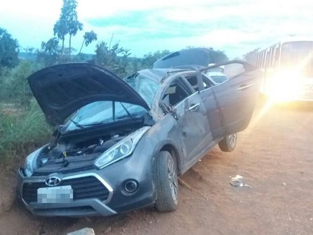 Motorista do veículo, mesmo ferido, conseguiu fugir, em Luziânia, Goiás (Foto: Reprodução/TV Anhanguera)
