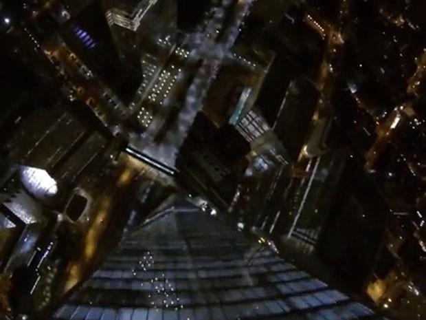 Paraquedista pulou com câmera de vídeo e imagens mostram o salto até o solo (Foto: Reprodução/Youtube/NYC Freedom B.A.S.E. Jump)