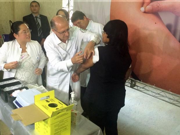 Governador Geraldo Alckmin aplica vacina contra o H1N1 no Hospital das Clínicas. (Foto: Márcio Pinho/G1)