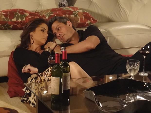 Helô e Stenio relembram o passado  (Foto: Salve Jorge/TV Globo)