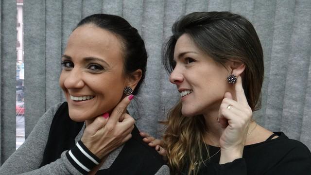 Adriana Cutino e Patricia Simão com o mesmo brinco (Foto: Fernanda Maciel)