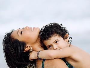 Daniele Suzuki e o filho posam para o EGO (Foto: Marcos Serra Lima/EGO)