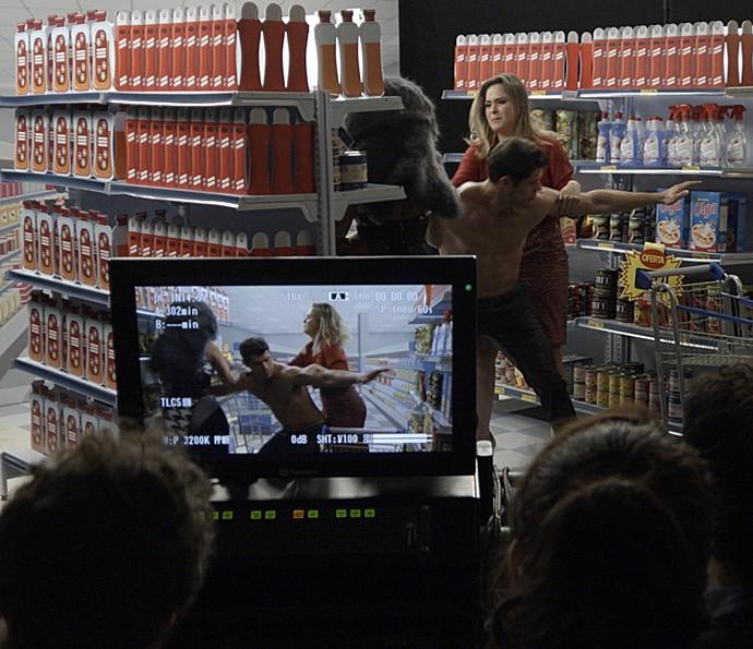 Leonora e Ana Paula brigam durante gravação do comercial e Adônis tenta apartar (Foto: TV Globo)